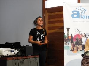 Marina Guerrero, exponiendo su estudio en la Alhambra
